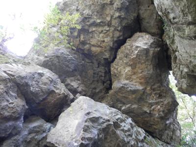 バランスよく支え合う岩