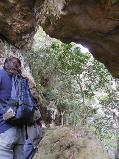 岩穴の先は断崖