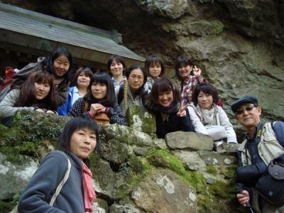 韓竈神社のお社をバックに記念写真