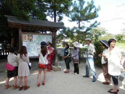 八重垣神社のガイド縁結び娘さんに歴史的なお話を聴く
