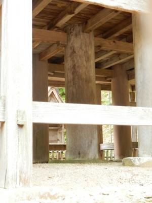 神魂神社本殿を支える太い柱