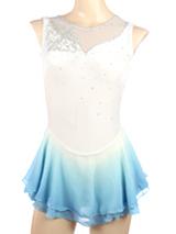 白ベルベットをベースに、エレガントな模様のモチーフとオーロラクリスタルを装飾した美しいフィギュアスケート衣装です。