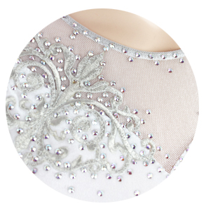 白ベルベットをベースに、エレガントな模様のモチーフとオーロラクリスタルを装飾した美しいフィギュアスケート衣装です。アップ1
