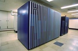 図5 この研究で使用されたスーパーコンピュータ「日立 SR11000 モデル K1」。1秒間に2兆5千万回の浮動小数点数の演算を行うことができる(理論演算性能)。2006年3月からKEKで稼動している。
