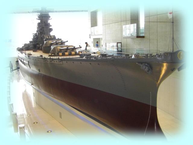 「大和ミュージアム」戦艦大和の10分の1模型。逆光で、いささか見にくい。