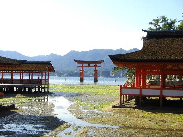 厳島神社の大鳥居と廻廊