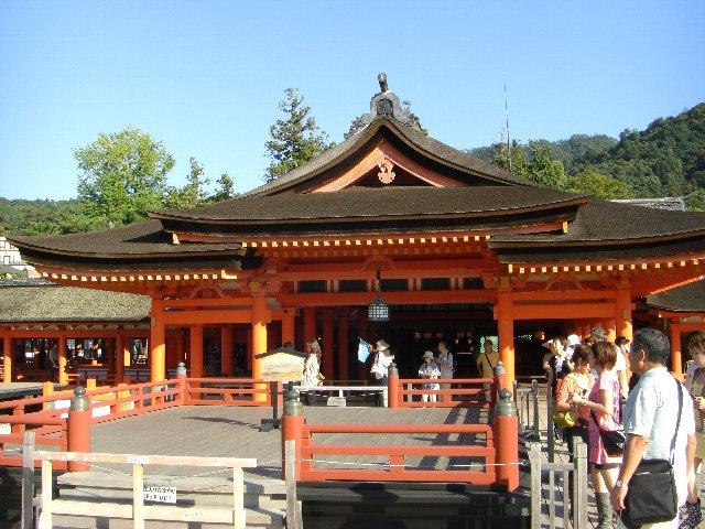 厳島神社の優雅な社殿と高舞台