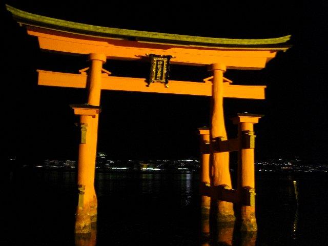 厳島神社の夜の大鳥居