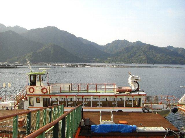 翌朝に見かけた船上の白龍さん。遠くから見ると発泡スチロール製とは思えないほど良く出来ている。
