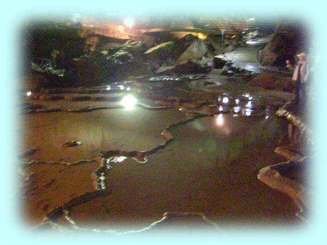 ここは、秋芳洞内の中程にある「千町田」の風景。洞内では暗さのために、なかなか良い写真が撮れなかったが、これはたまたまASA1600の高感度で撮ったものが、うまくいった。