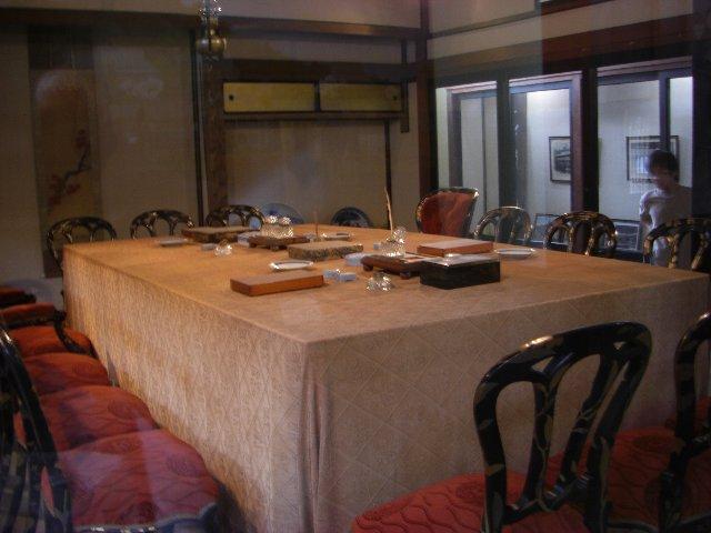 日清講和記念館の中に展示してある条約交渉で使われたテーブルと椅子