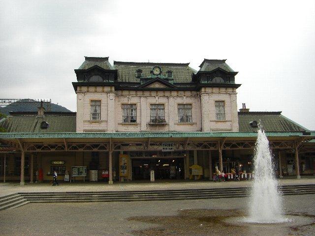 レトロ調の門司駅。