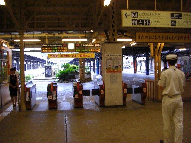 門司駅の出発ホーム。気のせいか右手前の駅員さんも、レトロ調