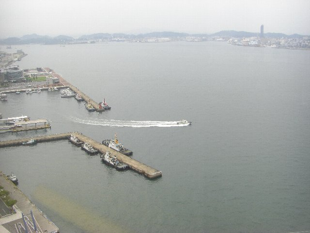 レトロ展望室から見下ろした門司港。左正面奥が、巌流島