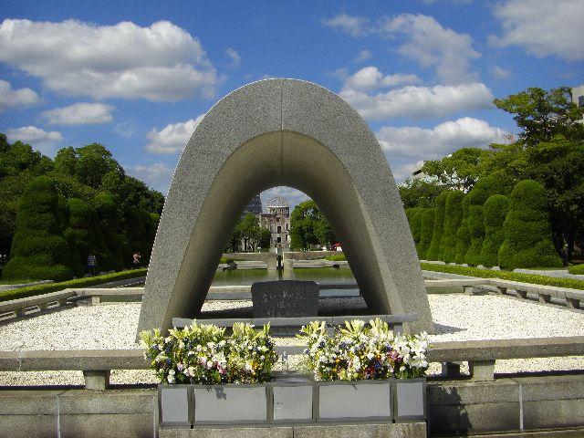 平和公園内にある原爆慰霊碑