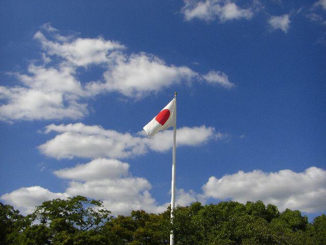 平和公園内で、青空にへんぽんとはためく日章旗。美しい。