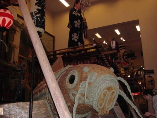 手前には縄製の大鯉