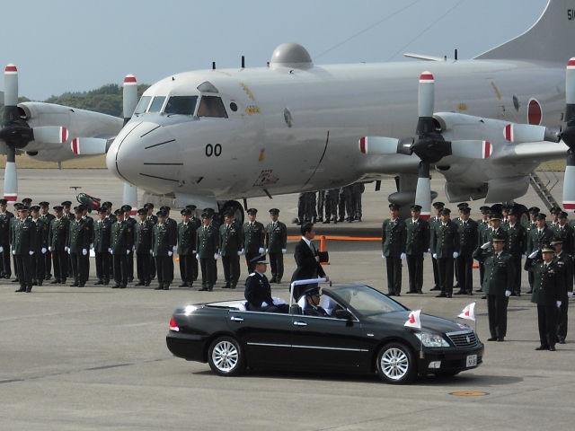 特別儀状隊の栄誉礼を受けた後、各部隊を巡閲中の麻生総理大臣