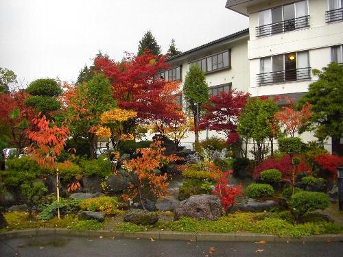 紅葉が色づくホテル十和田荘の庭