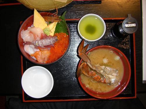 青森駅前の海鮮丼と蟹の味噌汁