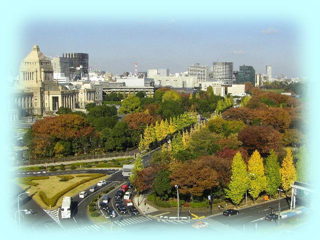 国会とその前の公園の紅葉