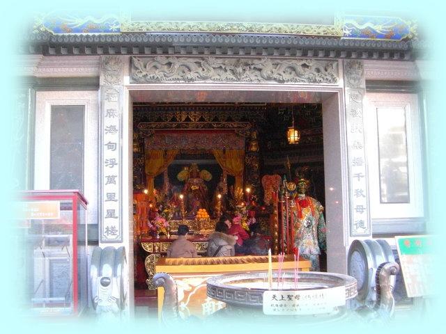横浜中華街の「横濱媽祖廟」でのお祈り。手前には、天上聖母(媽祖様)の霊験内容が書かれたプレートがある。