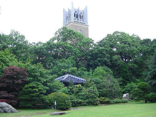 早稲田大学の大隈庭園から見える大隈講堂