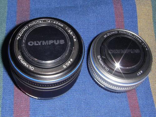 オリンパス・ペンE−P1の二つの純正交換レンズ。右が広角単焦点レンズ、左が3倍の標準ズームレンズ