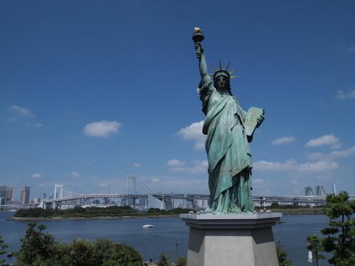 レインボーブリッジを背景に、すっくりと立つ自由の女神