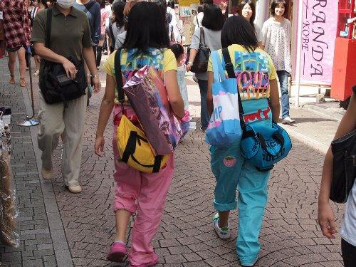 原宿の竹下通りを歩く独特のファッションの女の子たち
