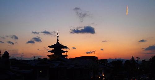 夕焼けに映える八坂の五重塔と、瑞兆の印