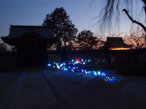 高台寺の勅使門とその脇を照らす発光ダイオード