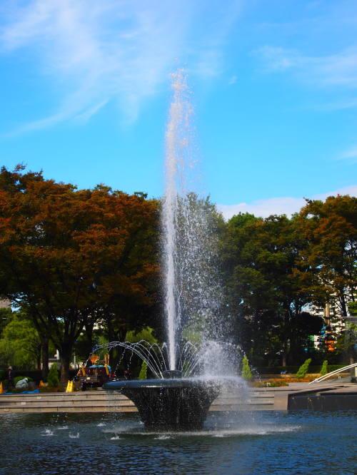 皇居前の噴水広場にて