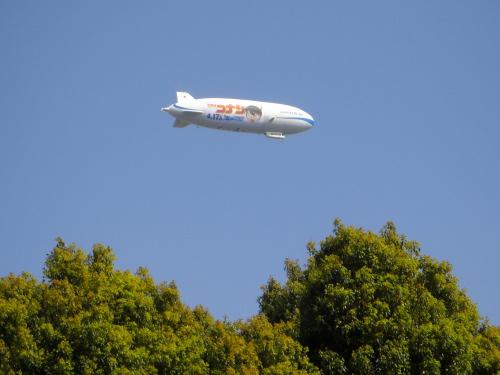 上野の上空を行く飛行船