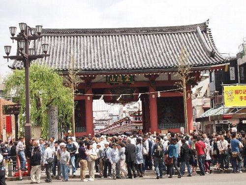 浅草の三社祭りの最終日の雷門前