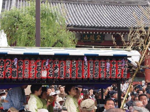 浅草の三社祭りの雷門前の「雷門囃子連」