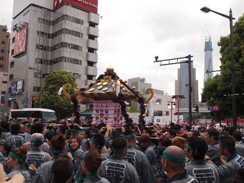 御神輿が建設中の東京スカイツリーを背景に進む