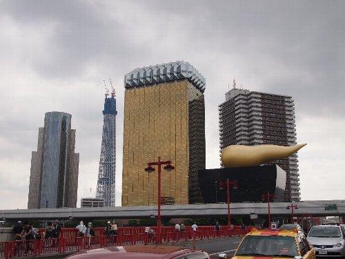 アサヒビールのジョッキビルと觔斗雲の横に、只今建設中の東京スカイツリーが見える
