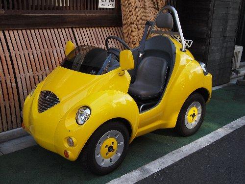 小さくてかわいい黄色の車