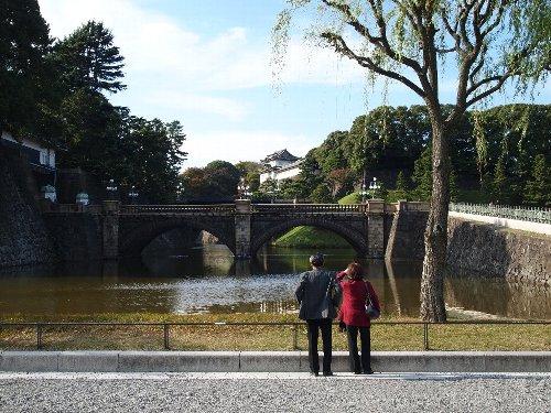 眼鏡のような橋の奥が二重橋