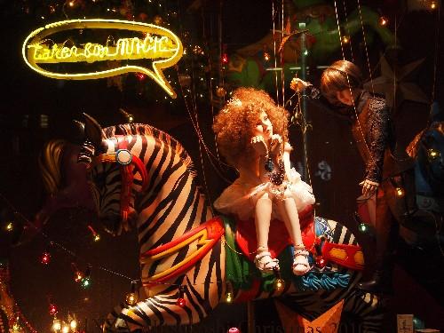 銀座四丁目の三越のショー・ウィンドゥに飾られた人形