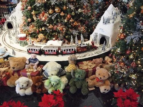 ウェスティン・ホテルのクリスマス・ツリー下の汽車模型