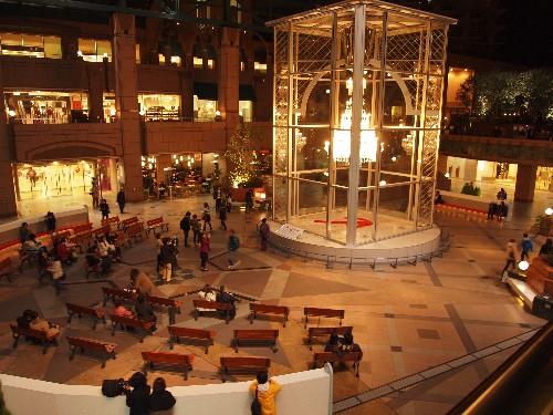 恵比寿ガーデンプレイスの夜間のバカラのシャンデリア