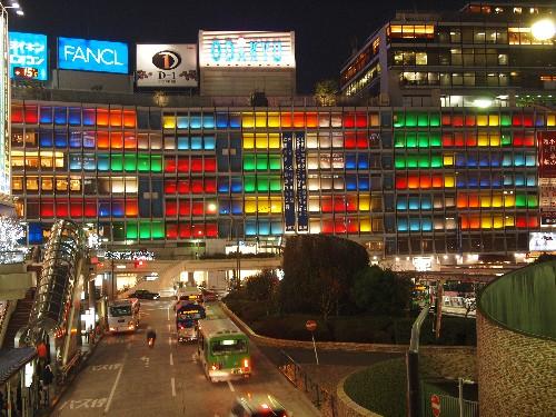 新宿西口における小田急ビルの外壁