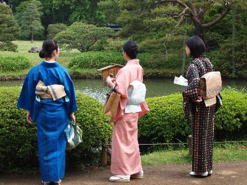 和服の女性が、日本庭園に似合っている
