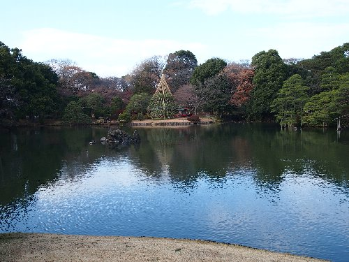 青い空の色が池面に映えて美しい