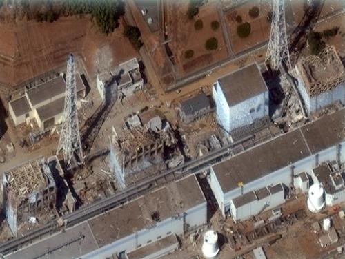 水蒸気の排出は収まったが、無残な姿をさらす2011年3月18日の福島第一原子力発電所(右から左へと第一号機から第四号機)。デジタル・グローブ社の衛星写真