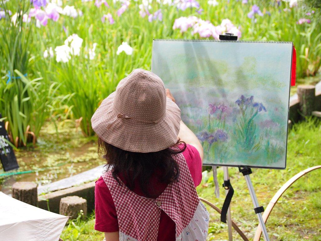 花菖蒲を描く女性