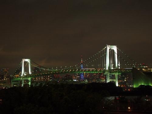 レインボーブリッジと、青いライトアップがされた東京タワー