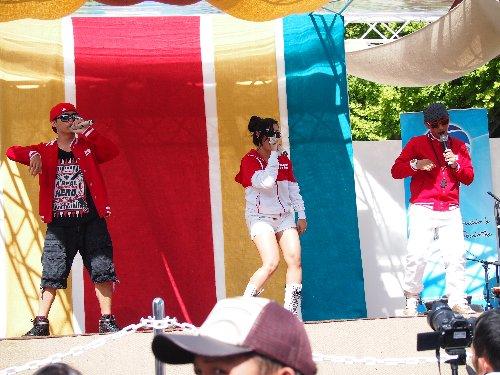 インドネシア・フェスティバルの3人組によるラッパー
